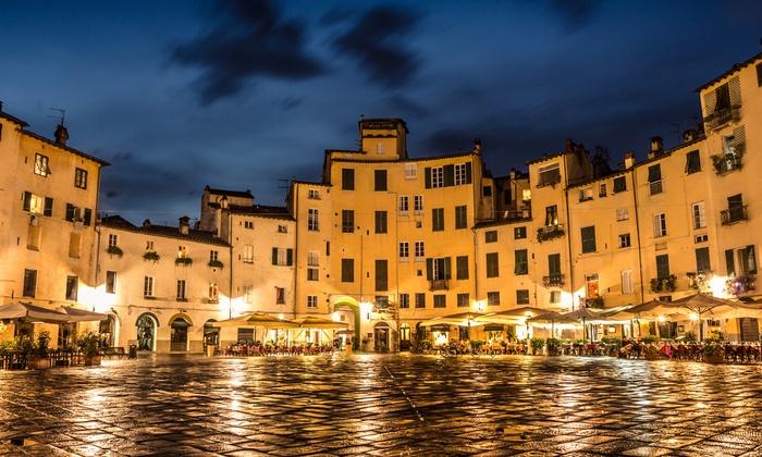 piazza di notte a Lucca in primavera