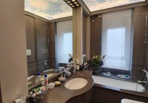 Un bagno moderno e dal design accattivante grazie ai soffitti tesi TensoCielo